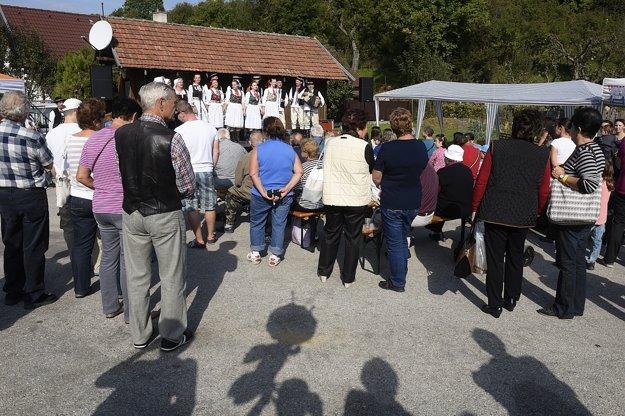 Ľudia sledujú vystúpenie folklórneho súboru počas 20. ročníka Dní ovocia a medu v obci Trebichava v okrese Bánovce nad Bebravou.