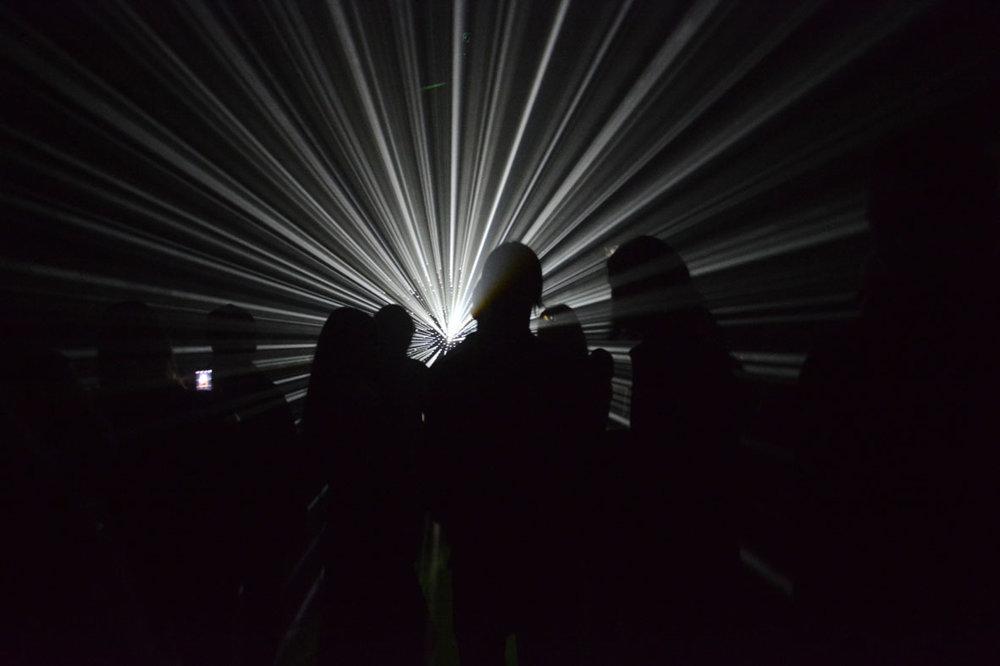 Podľa viacerých opýtaných najvydarenejšia inštalácia aktuálneho ročníka košickej Bielej noci. V budova Alfa v Kulturparku ste mohli vďaka inštalácii Timée Guillauma Marmina z Francúzska precítiť aké je to strácať sa v priestore, alebo len jednoducho obdivovať hru svetelných lúčov so siluetami návštevníkov predstavenia. Napriek tomu, že šlo o jednu zo spoplatnených inštalácií, pred budovou sa hadil dlhý rad zvedavcov. Bolo sa na čo tešiť.