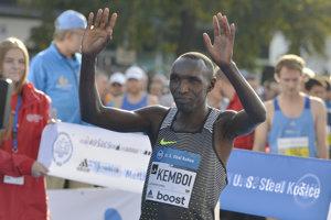 Prestavovanie favoritov pred štartom hlavnej kategórie MMM. Na snímke Elijah Kiprono Kemboi z Kene s číslom 1.