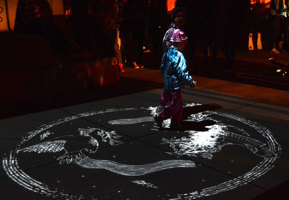 Jedna ztroch inštalácií vKasárňach Kulturparku. Priamo na námestí sa deti mohli hrať so svetlom, ktoré reagovalo na ich pohyb. Okrem detí sa tu však zabavili aj Martin aPeter, ktorí špeciálne kvôli Bielej noci pricestovali do Košíc zLondýna, kde obaja mladí muži žijú.