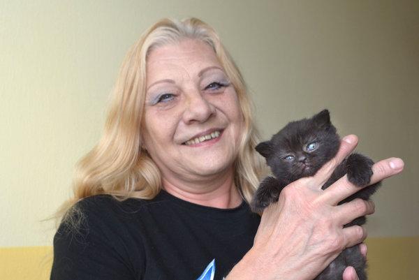 Jaroslava Kolibárová. Súsmevom dodáva, či aj jej mačička nebude raz čiernym pasažierom.