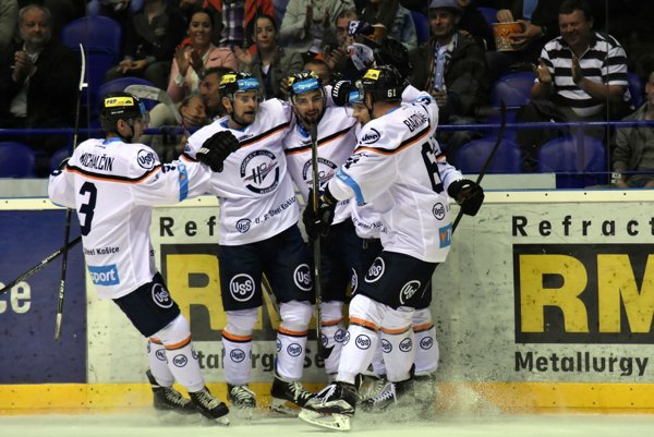 Na snímke hráči HC Košice sa tešia zo streleného góĺu v zápase 9. kola hokejovej Tipsport Ligy HC Košice - MHC Martin.