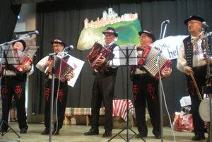 V Drienici. Zišli sa milovníci heligóniek adobrého spevu.