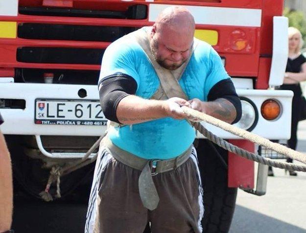 Pred rokom sa Milanovi stalo ťahanie kamióna osudným. Odtrhol si Achilovku.