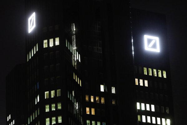 Logo Deutsche Bank na budove jej frankfurtského sídla.