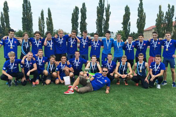Dorastenci ŠK ŠOG Nitra získali ďalší titul na M-SR družstiev. Pre klub to zároveň znamená účasť v budúcoročnom Európskom pohári majstrov v kategórii juniorov. Dolu leží šéftréner Martin Illéš.