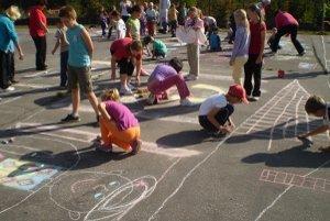 Deti mali nakresliť belanský kroj.