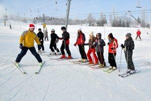 Zjazdovky zaplní viac detí vdotovaných lyžiarskych kurzoch.
