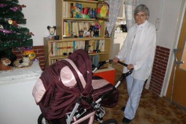 Stará mama má už pre vnuka Ľuboška pripravený nový kočiar.