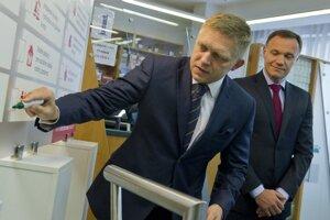 Robert Fico a Viliam Čislák v lekárni v bratislavskom Ružinove.