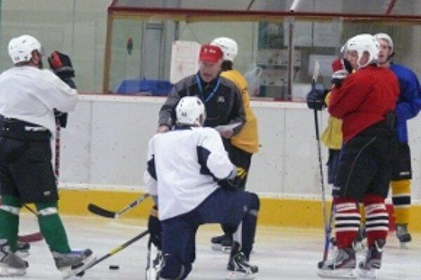 Na ľad vykorčuľovalo 24 hráčov.