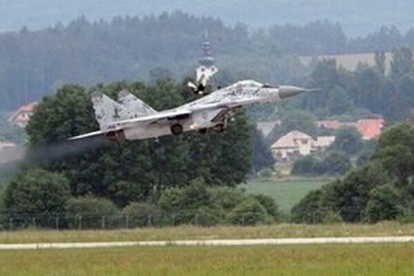 Zvukový efekt, tzv. aerodynamický tresk, ktorý spôsobujú stíhačky, možno počuť v oblastiach letových koridorov našich vojenských letísk.