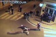 Záber z videonahrávky z 5. októbra 2013 pred barom Mariatchi v Nitre.