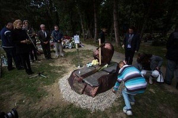 Pomník utýranej Lucky v bratislavskom Ružinove.