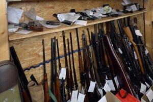Slováci odovzdali na policajných oddeleniach 3035 zbraní.