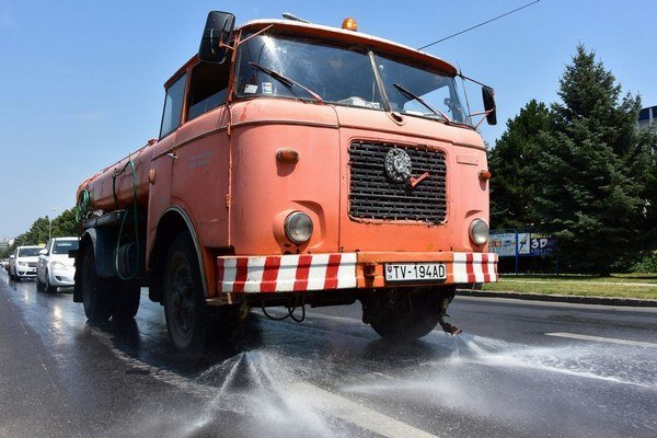 Keď sú horúčavy, možno na našich cestách občas zahliadnuť aj taký neobvyklý úkaz, akým je kropiace auto.