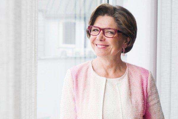 Regina Ovesny-Straka (1959)Študovala ekonómiu na Ekonomickej univerzite vo Viedni. Od roku 1994 pôsobí na Slovensku. Bola členkou a hovorkyňou predstavenstva Bank Austria Creditanstalt Slovakia aj generálnou riaditeľkou Slovenskej sporiteľne. Dnes stojí