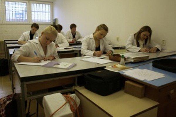 Študenti medicíny na Jesseniovej lekárskej fakulte.