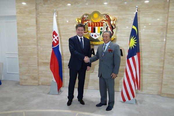 Slovenský minister zahraničných vecí Miroslav Lajčák spolu s malajzijským kolegom Mahom Siew Keongom.