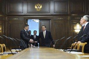 Predseda vlády SR Robert Fico (uprostred vľavo) a predseda Štátnej dumy Sergej Naryškin (uprostred vpravo) počas spoločného rokovania.
