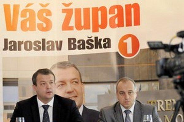 Primátor Považskej Bystrice Karol Janas (vpravo) počas volebnej kampane do Trenčianskeho samosprávneho kraja podporoval neskoršieho župana Jaroslava Bašku.