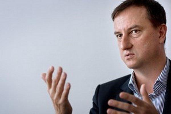 """Krajcer nazval Freša """"nielen hrobárom, ale aj patológom SDKÚ-DS, strany, ktorú mnohí z nás v minulosti aspoň raz volili""""."""