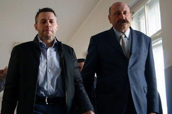 Exposlanca Vladimíra Jánoša zastupuje aj predseda komory advokátov Ľubomír Hrežďovič (vpravo).