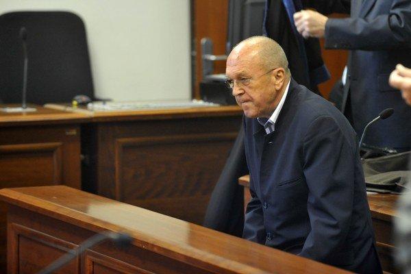 Fischer dostal dva roky podmienečne za vzatie 3000 eur, kačíc a čokolády