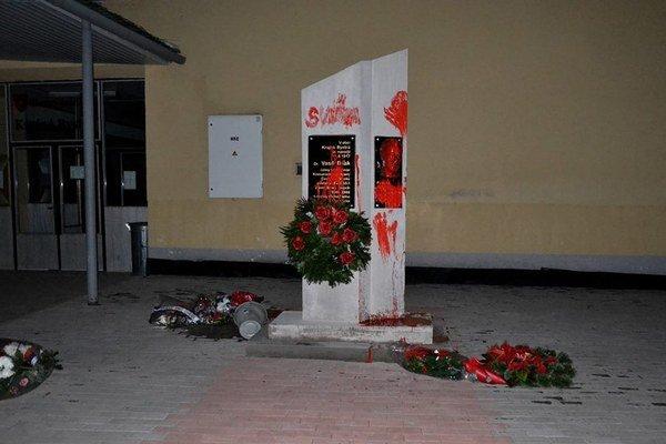 Biľakov pamätník aktivisti natreli červenou farbou.