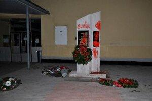 Zničený Biľakov pomník.
