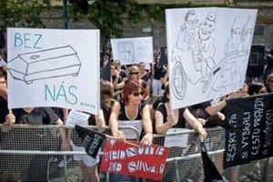 Zhromaždenie sestier a pôrodných asistentiek pred parlamentom v roku 2012. Protestovali proti tomu, že im nemocnice administratívne znižovali platy.