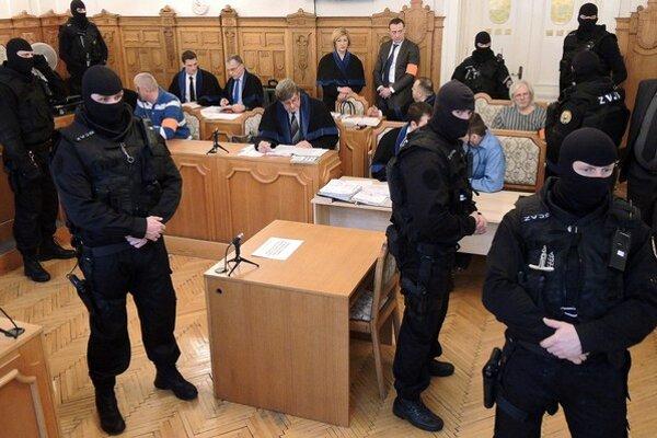 Na Špecializovanom trestnom súde v Banskej Bystrici sa začal proces s medzinárodne hľadaným Róbertom Lališom, označovaným za šéfa gangu sýkorovcov, ako aj s ďalšími obžalovanými, ktorí čelia obžalobe z viacerých starých vrážd a zo založenia, zosnova