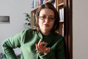 Janka Debrecéniová vyštudovala právo na Právnickej fakulte Univerzity Mateja Bela v Banskej Bystrici. Absolvovala postgraduálne štúdium na Oxfordskej univerzite vo Veľkej Británii, odbor európske právo a právna komparatistika, a doktorandské štúdium na Pr