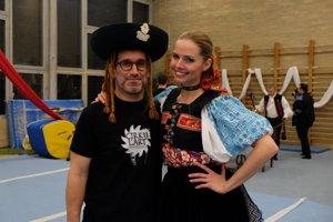 Cirkus Jánošík / Barbora Palovičová, tanečníčka z Lúčnice a vicemiss Slovensko 2007 s režisérom Adriánom Schvarzsteinom