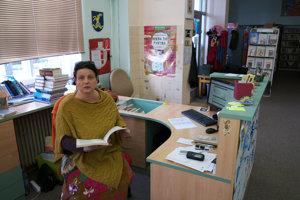 Veronika Šikulová v práci v pezinskej knižnici