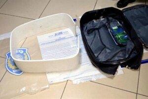 Policajti našli takmer dva kilogramy metamfetamínuv špeciálnej skrýši v kufri.