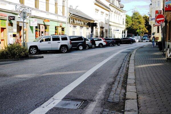 Palackého ulica s pruhom pre cyklistov.