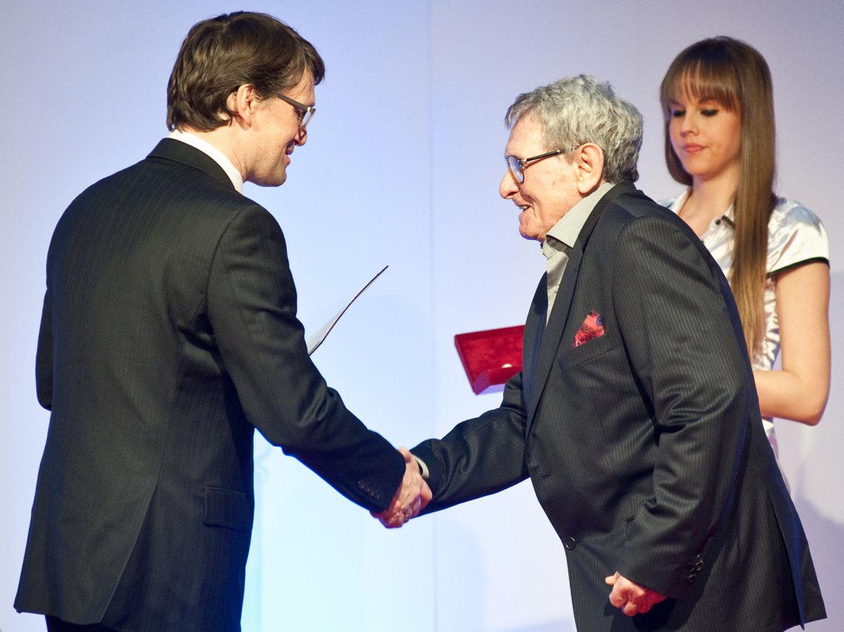 d30eaacb01a0 Milan Dobeš v roku 2012 pri preberaní ceny od vtedajšieho ministra kultúry  Mareka Maďariča.