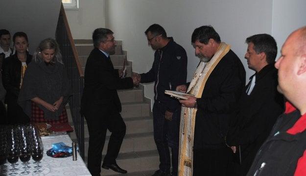 Primátor, kňazi, nájomníci aj folklór.. Slávnostné odovzdanie sa kvôli dažďu presunulo do vestibulu bytovky.