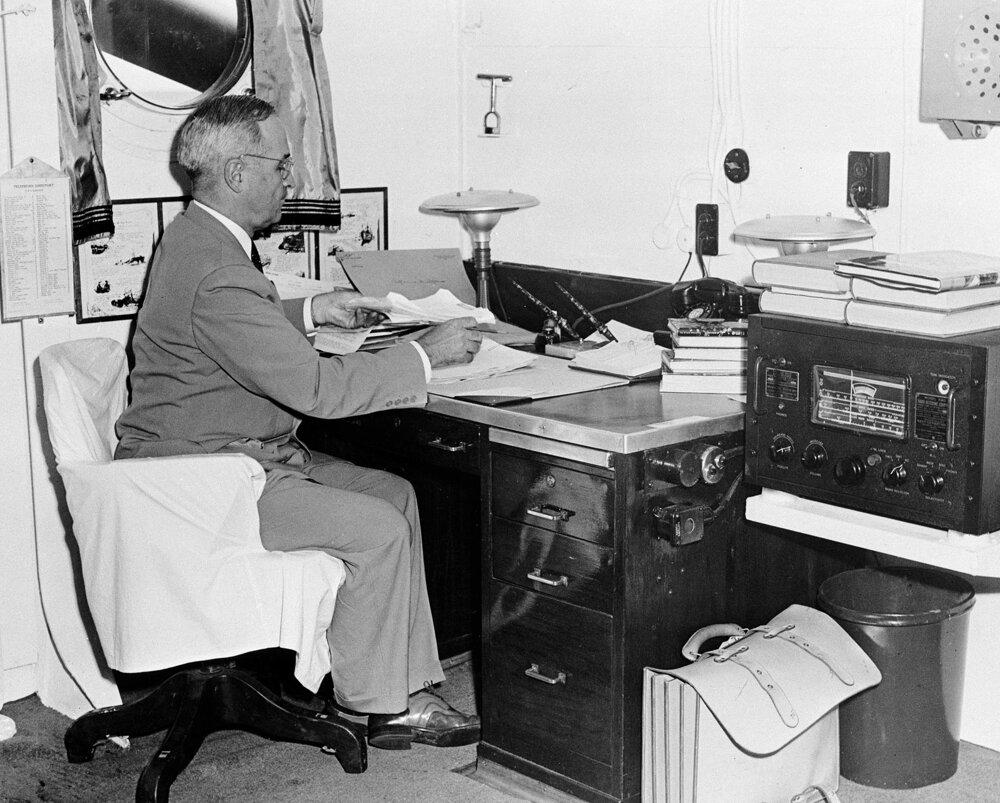 Harry Truman číta správu o prvom použití jadrovej zbrane v japonskej Hirošime.