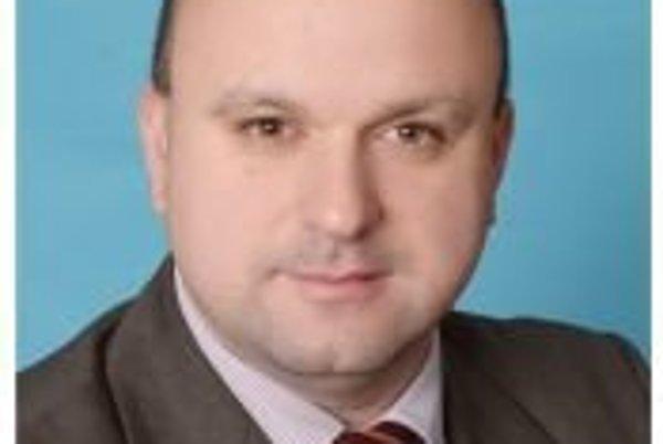 Poslanec Bucher. Na miesto referenta bol vybraný poslanec Západu na základe osobného pohovoru.