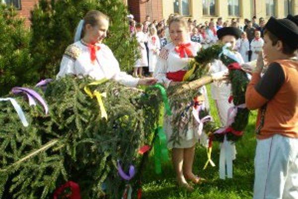 Deti pripevnili na máj farebné stužky.