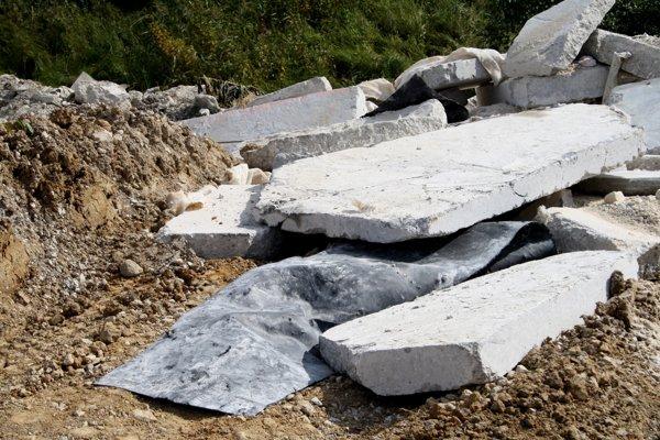 Skládka v Kocuranoch. Hromadí sa na nej stavebný odpad.