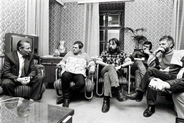 Ldri Verejnosti proti násiliu v decembri 1989 s vtedajším predsedom Slovenskej národnej rady Rudolfom Schusterom.