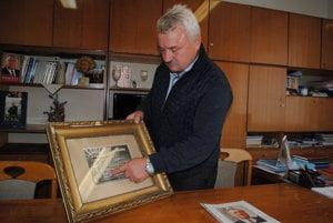 Starosta Jozef Sklenčár. Opatruje maturitné tablo s Michalom Kováčom.
