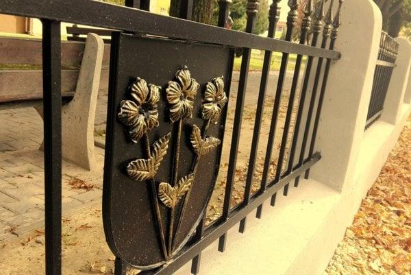 Nový plot v mestskom parku nesie aj erb Stropkova. (Zdroj: ARCHÍV MESTA STROPKOV)