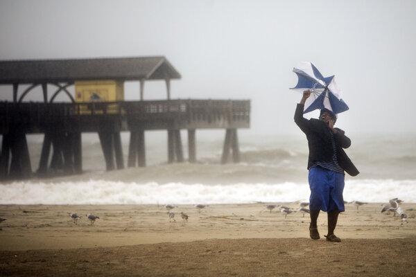 Hurikán postupoval pozdĺž pobrežia Atlantického oceánu na sever.