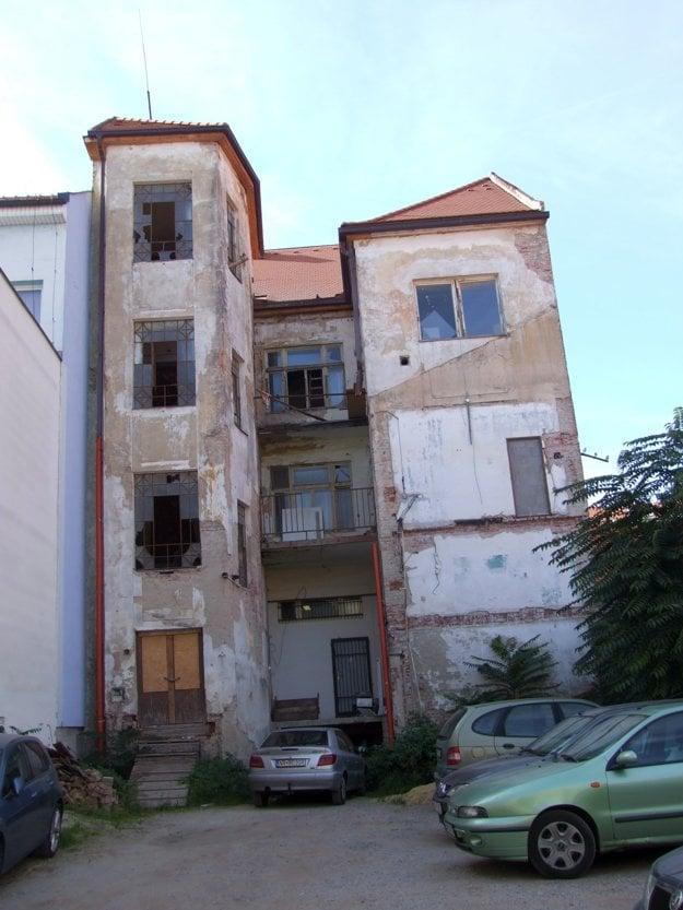 Takto vyzerá vežičkový dom zo zadnej strany.