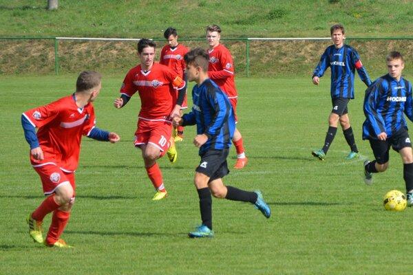 Domáci kapitán Dávid Chrenko (v červenom č.10) strelil oba góly Jacoviec.