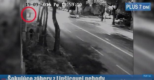 Chodec vstupuje na ulicu.